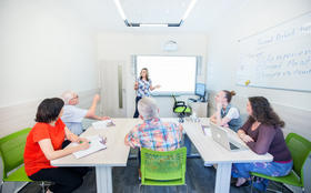 Konverzační kurz angličtiny s rodilým mluvčím, úroveň C1 (neděle 3. 6. 2018) (WINCEN3_6), Jazyková škola CONFUCIUS jazyková škola, Praha 3