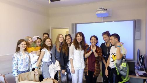 Studenti z letní školy s naší lektorkou Camelií.
